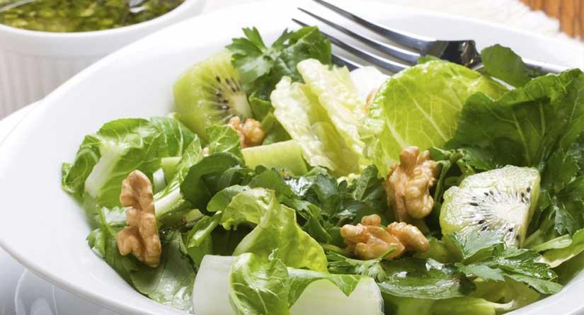 Ensalada de cogollos, kiwi y frutos secos