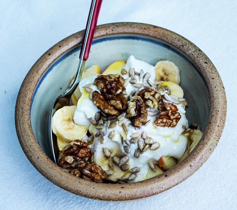 Receta para preparar un bowl de fruta fresca, nueces, semillas y yogur de coco